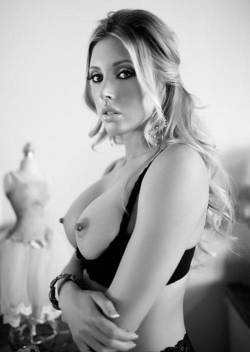 Elle bande des tétons !! dans Belle Ronde Nue tumblr_mf0k05rf5d1r0jfffo1_500