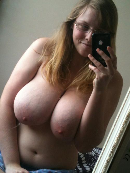 Belle ronde nue à gros seins